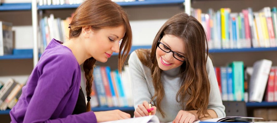 Студенты в библиотеке в английской школе
