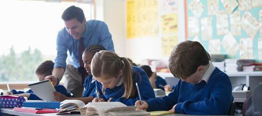 Дети занимаются в школе
