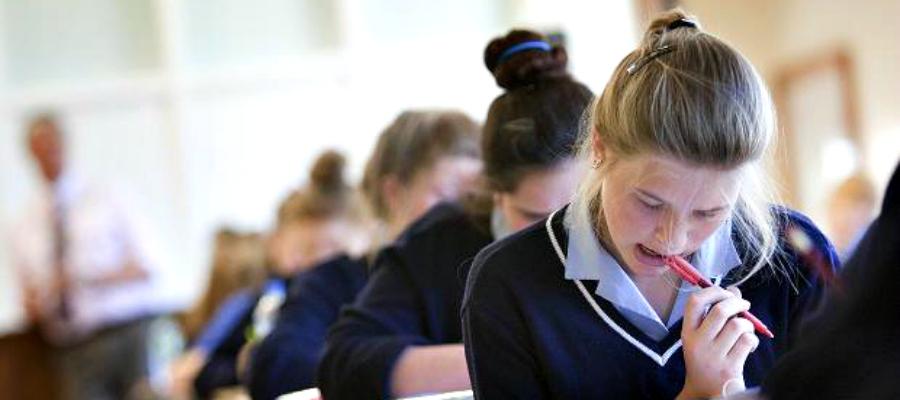 Студенты пишут экзамен A-Level